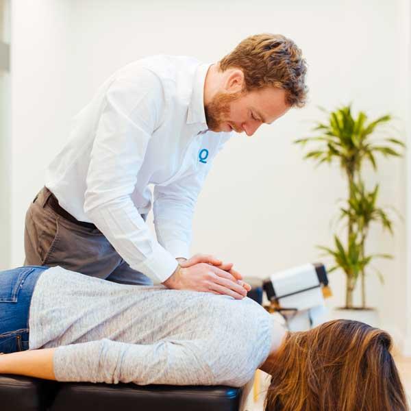 Revisión de la columna vertebral durante el estudio quiropráctico
